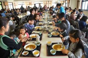 精進カレーを食べる参加者