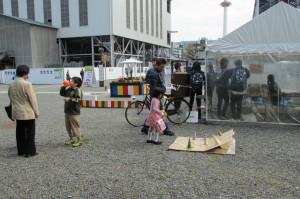 輪投げや風船で遊ぶ子どもたち