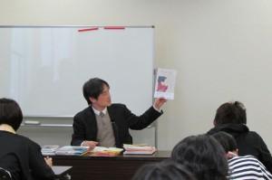 絵本を紹介する講師の岩橋淳氏