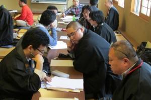 各教区検討シートを作成する参加者