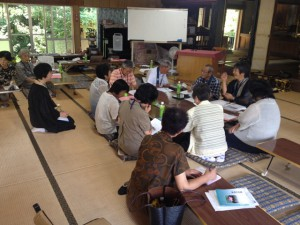 山側の永正寺さんにて。20名ほどが参加されており、座談も門徒さんが積極的に発言されます。