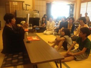 講師の草野龍子さんと子どもたち。赤本くんの紙芝居はなんだかあったかい。11月には本山で後期教習。赤本くんがお出迎えしてくれるよ