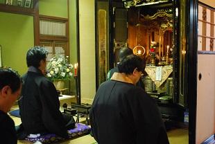 ご門徒宅の仏間での勤行。幅一間に及ぶ立派なお内仏が設えられていました。