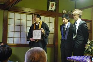新たに授与された相続講員畳肩衣と相続講員証が披露されました。