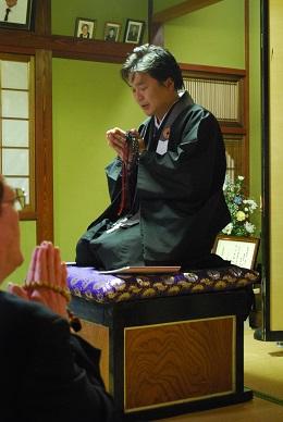 ご法話では、能登の伝統に従って恭しく高座が設けられます。仏法を虚心にいただくお同行の姿勢がそこにあらわされています。