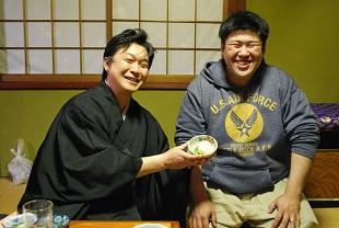 お斎で振る舞われた茶碗豆腐。右に写る豆腐店の若ご主人自慢の一品。