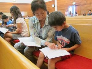 日曜礼拝 孫と一緒に正信偈をお勤めする。勤行本にはローマ字の読み方と正信偈の内容の英訳も掲載されている。