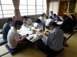 各自が持ち寄った「問応」を各班毎にまとめる作業的学習会
