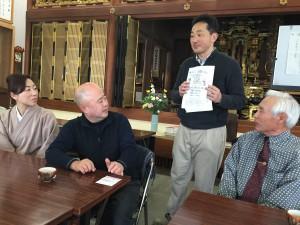 カフェのチラシを持っているのが馨住職。宗派や職業を超えて人がつながり、いろんな人が蓮福寺を訪れます。