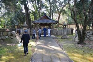 御廟所に合掌してから清掃作業を開始。一見するとさほど落ち葉も無いように見えますが、御廟の奥には大量の落ち葉が…。