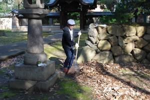 まずは、熊手を使って堆積した落ち葉を一カ所に集めていきます。