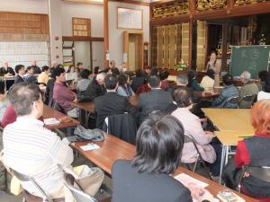 当日は、本堂が満堂に。宗派を超えて、本当に沢山の方が参加され、講師のお話に耳を傾けておられました。