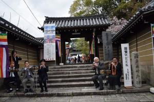 門前では、日本の伝統音楽である雅楽ライブを開催。演奏されているのは、山城地区の僧侶の方々。
