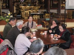 法話の後のコーヒータイムは、講師の方も参加された皆さんとご一緒にお話を楽しみます。あっという間に時間が過ぎてしまいました。