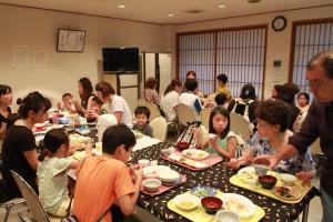 真宗会館の食堂は、あっという間に満員御礼!夕食を楽しむ子どもたちも楽しそうです。