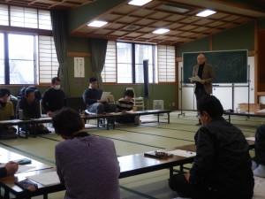 サポート研修会で、子どもたちとのかかわり方を学ぶ。講師はサガエさん(佐賀枝夏文さん)。