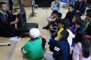 参加した子どもたちは夢中で紙芝居を聞いています。