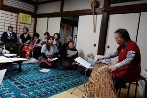 坊守(忠子)さんの箏の演奏で歌を歌い、楽しい雰囲気でお別れしました。