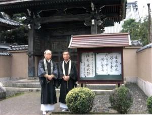 01飯貝恵秀住職(左)と宮本亨一さん