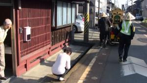高島市には身をかがめて合掌する姿勢があります。