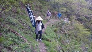 細い山道を注意深く歩き続けます。①