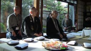 最初の会所は、門徒さんのお宅です(寺田萬寿夫さん)。家族一同、お正月のように集まるのがしきたりになっているそうです。