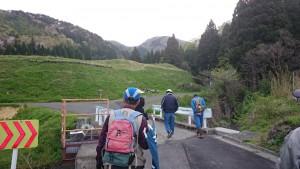 正面の山間に向けて歩いて行くのです。