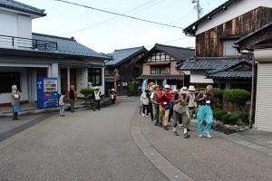 浄念寺に向けてあと少し、道中、「蓮如上人お通り」の声を聞きつけて手を合わせる人たちの姿がありました。