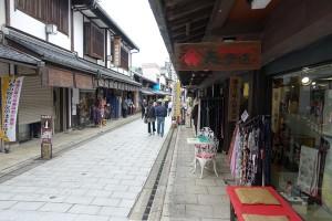 門前町ではお店の方も見送りに立っていました