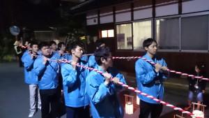 ここから吉崎町まで、東本願寺の新入職員も参加します。