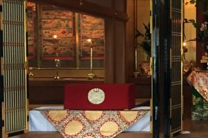 響忍寺での勤行。余間には蓮如上人の御絵伝がかけられています。