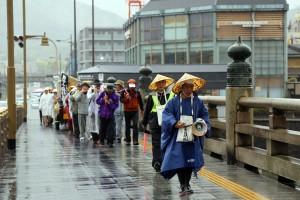 五条橋を渡っていよいよ御本山へ。「蓮如上人さまのお通り~」の声も大きくなります。