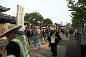多くの人に見送られ、福井別院を出発。