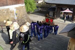 重いお輿を軽々と担ぐ消防団員