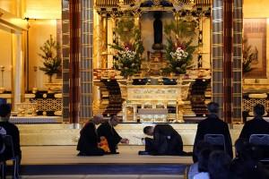 本山阿弥陀堂での御腰延ばしの儀が始まります。