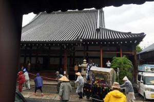 大津別院。雨がだんだんと強くなってきました。