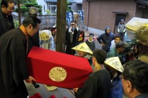 光澤寺様で御輿への移し替えがあります。