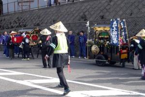 町内を練り歩いた後、吉崎交差点手前でリヤカーに載せ替えます