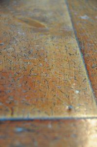 内陣の床についた投げ銭の跡