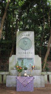 橋立旧港近くにある天崎記念碑