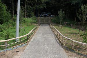整備された参道。竹の手すりが付けられ、桜の木が植えられました。 年々、整備が進められています。