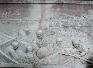 蓮如上人が、船で北陸を去っていく様子が描かれた石碑。 蓮如上人の顔がどことなく悲しげに見えます。