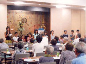 棗わんぱく学園の子どもたちが福井別院で紙芝居を上演。
