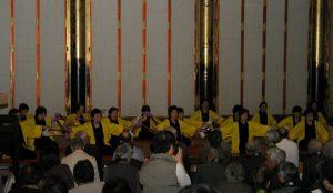 親鸞音頭に合わせた銭太鼓の演奏