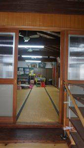 会館の入口をくぐるとすぐに遊べるようにおもちゃが配置された畳の間