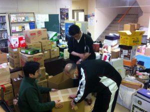 別院に集められた救援物資を搬出