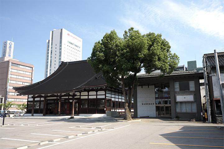富山大空襲の後、再建された富山別院。市街地に建つ。
