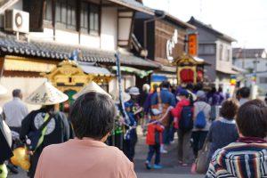 吉崎の街に別れを告げる一行