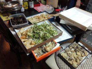 裏山で採れた山菜を天ぷらに。コシアブラの緑が鮮やか。