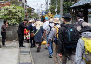 道中、沿道のいたるところから懇志が差し出される。(2015年4月撮影)